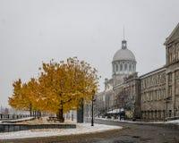 Montreal velho com neve e mercado de Bonsecours - Montreal, Quebeque, Canadá foto de stock royalty free