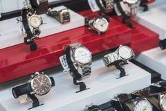 Montres de luxe à vendre dans l'affichage de fenêtre de boutique Images libres de droits