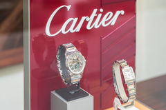 Montres de luxe à vendre dans l'affichage de fenêtre de boutique Images stock