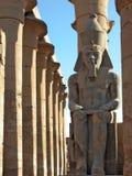 Montres de Ramses II au-dessus de temple de Luxor, Egypte Photos stock