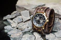 Montres et bracelet en cuir photographie stock