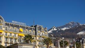 Montreux Palace-Hotel, ein Luxushotel mit fünf Sternen mit Bergen im Hintergrund stockbild