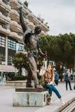 MONTREUX SCHWEIZ - MAJ 10, 2018 Turist för ung kvinna som besöker statyn av sångaren Freddie Mercury Arkivfoton