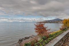 MONTREUX, SVIZZERA - 29 OTTOBRE 2015: Vista di autunno dell'argine di Montreux e del lago Lemano Immagine Stock Libera da Diritti