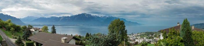 MONTREUX/SWITZERLAND - 16 DE SEPTIEMBRE: Vista panorámica de la GEN del lago fotografía de archivo