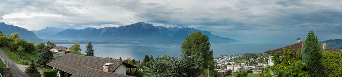 MONTREUX/SWITZERLAND - SEPTEMBER 16: Panoramautsikt av sjöGen arkivbild