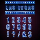 Montrez à des lampes les alphabets et les nombres bleus sur le fond rose Image stock