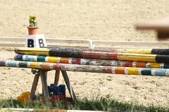 Montrez les barrières sautantes attendant des cavaliers et des chevaux image stock