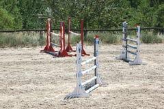 Montrez les barrières sautantes sur les cavaliers et le cheval de attente de la terre Image stock