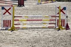 Montrez les barrières sautantes sur les cavaliers et les chevaux de attente de la terre image libre de droits