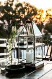 Montrez les bougies et les lanternes en verre pour le décor extérieur photographie stock libre de droits