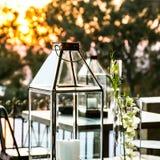 Montrez les bougies et les lanternes en verre pour le décor extérieur photo stock
