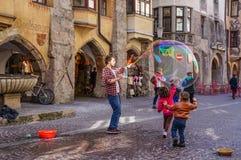 Montrez les bulles dans la place à Innsbruck images stock