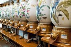 Montri con differenti varietà di caffè in Alois Dallmayr Immagine Stock