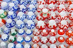 Montri con le tazze tradizionali delle ciotole dell'Uzbeco, sottosopra Fotografia Stock Libera da Diritti
