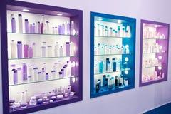Montri il negozio con il cosmetico e lo sciampo delle bottiglie della plastica Fotografia Stock Libera da Diritti