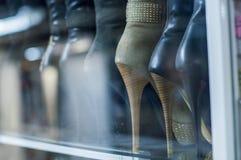 Montri nel deposito con le scarpe del ` s delle donne, talloni in una fila Immagini Stock Libere da Diritti