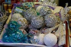 Montri sulla vendita dei giocattoli del ` s del nuovo anno di Natale al festival di Natale a Mosca Fotografie Stock