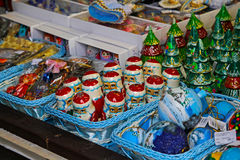Montri sulla vendita dei prodotti del ricordo del nuovo anno di Natale Fotografia Stock