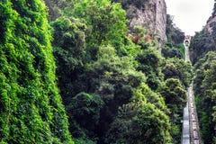 Montserrat bergkabelbaan aan Santa Cova De Benedictineabdij Santa Maria de Montserrat in Monistrol DE Montserrat, Spanje stock afbeeldingen