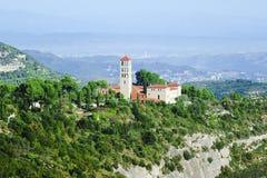 Montserrat, Cataluña, España Vista superior de la cueva Santa Co de la ladera fotos de archivo