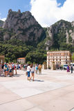 MONTSERRAT, ESPAÑA 26 DE JUNIO DE 2013: Turistas en el territorio del monasterio benedictino, Montserrat, Cataluña, España en jun Imagen de archivo