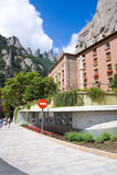 MONTSERRAT, ESPAÑA 26 DE JUNIO DE 2013: Turistas en el territorio del monasterio benedictino, Montserrat, Cataluña, España en jun Foto de archivo