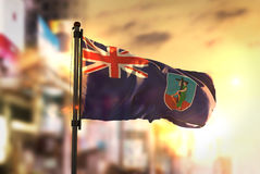 Montserrat Flag Against City Blurred-Achtergrond bij Zonsopgang Backl Royalty-vrije Stock Foto's