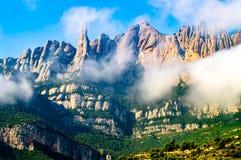 Montserrat góry w lekkich chmurach fotografia royalty free