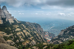 Montserrat gräsplan vaggar nära den Montserrat abbotskloster, Catalonia Arkivbilder