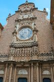 MONTSERRAT, KATALONIEN, SPANIEN im September 2017: Fassade Santa Maria Montserrat Abbeys auf dem Berg von Montserrat Stockfotografie