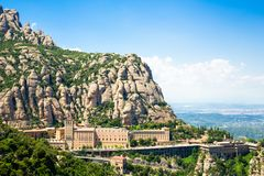 Montserrat Monastery ? ficada situada na montanha de Monserrate, Catalonia, Barcelona, dia ensolarado da Espanha, c?u azul imagem de stock royalty free