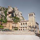 Montserrat Monastery - abadía benedictina hermosa alta para arriba en las montañas cerca de Barcelona, Cataluña, España Fotos de archivo libres de regalías