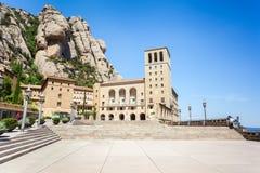 Montserrat Monastery - abadía benedictina hermosa alta para arriba en las montañas cerca de Barcelona, Cataluña, España Imagen de archivo