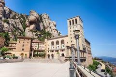 Montserrat Monastery - abadía benedictina hermosa alta para arriba en las montañas cerca de Barcelona, Cataluña, España Imagen de archivo libre de regalías