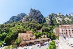 Montserrat Monastery - abadía benedictina hermosa alta para arriba en las montañas cerca de Barcelona, Cataluña, España Imagenes de archivo