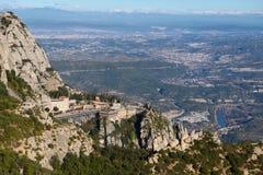 Montserrat Monastery es abadía espectacularmente benedictina en las montañas cerca de Barcelona, Cataluña, España montserrat Pano Fotos de archivo