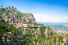 Montserrat Monastery ? ficada situada na montanha de Monserrate, Catalonia, Barcelona, dia ensolarado da Espanha, c?u azul foto de stock