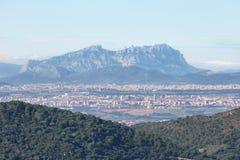 Montserrat multi-enarboló la montaña en el fondo y ciudades en los alrededores Imagen de archivo