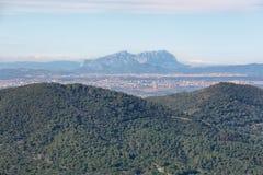 Montserrat multi-enarboló la montaña en el fondo y ciudades en los alrededores Fotos de archivo libres de regalías