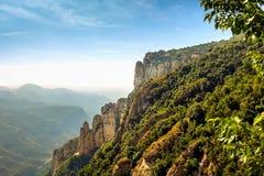 Montserrat pone verde rocas cerca de la abadía de Montserrat, Cataluña Foto de archivo libre de regalías