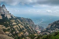 Montserrat pone verde rocas cerca de la abadía de Montserrat, Cataluña Imagenes de archivo