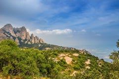 Montserrat pone verde rocas cerca de la abadía de Montserrat, Cataluña Imagen de archivo libre de regalías