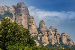 Montserrat pone verde rocas cerca de la abadía de Montserrat, Cataluña Fotos de archivo