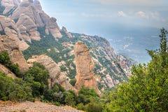 Montserrat pone verde rocas cerca de la abadía de Montserrat, Cataluña Imagen de archivo