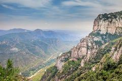 Montserrat pone verde rocas cerca de la abadía de Montserrat, Cataluña Fotografía de archivo libre de regalías