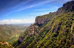 Montserrat pone verde rocas cerca de la abadía de Montserrat, Cataluña, España Imagenes de archivo