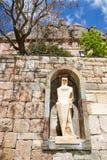 Montserrat skulptur i stenvägg, nära Barcelona, Spanien Arkivfoto
