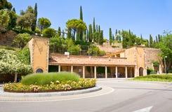 MONTSERRAT, SPANIEN 26. JUNI 2013: Touristen auf Bahnstation auf dem Gebiet des Benediktinerklosters, Montserrat, Katalonien Lizenzfreie Stockbilder