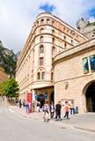 MONTSERRAT, SPANIEN 26. JUNI 2013: Touristen auf dem Gebiet des Benediktinerklosters, Montserrat, Katalonien, Spanien 26,2013 im  Lizenzfreie Stockbilder